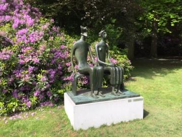 Beeldentuin Middelheim Antwerpen. Bronzen beeld Koning en Koningin van Henri Moore 20ste eeuw.